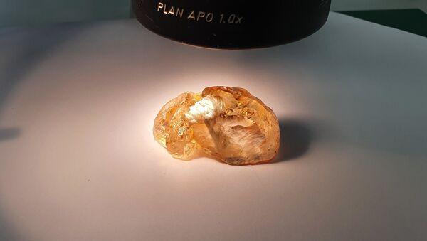 Цветной алмаз весом 236 карат, добытый на севере Якутии - Sputnik Italia