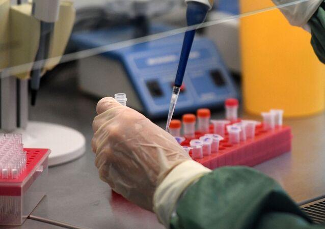 Farmaci contro coronavirus in laboratorio (foto d'archivio)