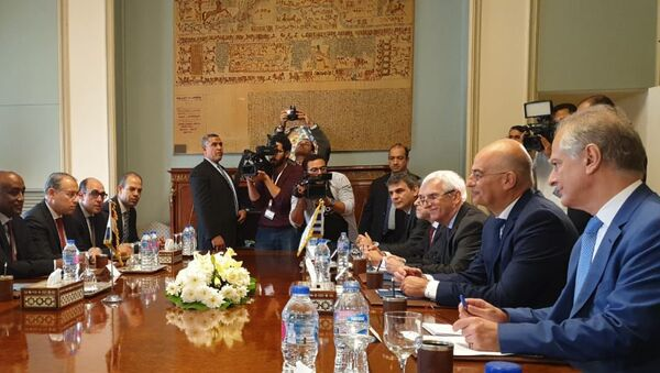 Ο υπουργός Εξωτερικών Νίκος Δένδιας με τον Αιγύπτιο ομόλογό του Σάμεχ Σούκρι και τις αντιπροσωπείες των δύο χωρών - Sputnik Italia