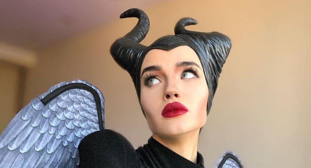 Il cosplay della hostess russa – diventa Angelina Jolie in 'Maleficent' e spopola