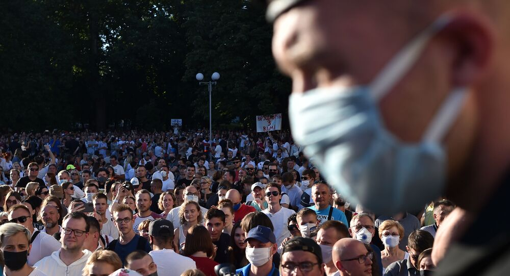 Supporters of presidential candidate Svetlana Tikhanovskaya attend an authorities-organised festive concert in downtown Minsk on August 6, 2020.