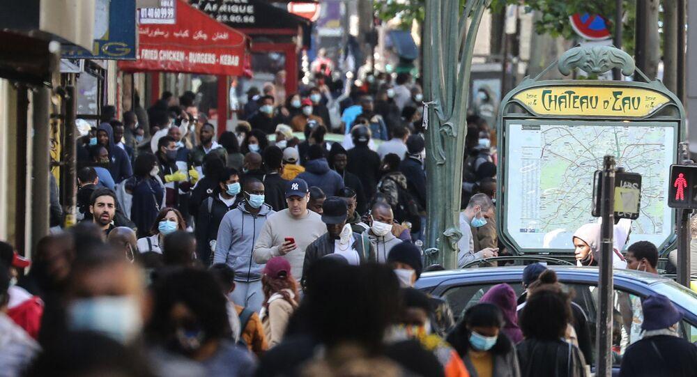 Parigi gente in mascherina