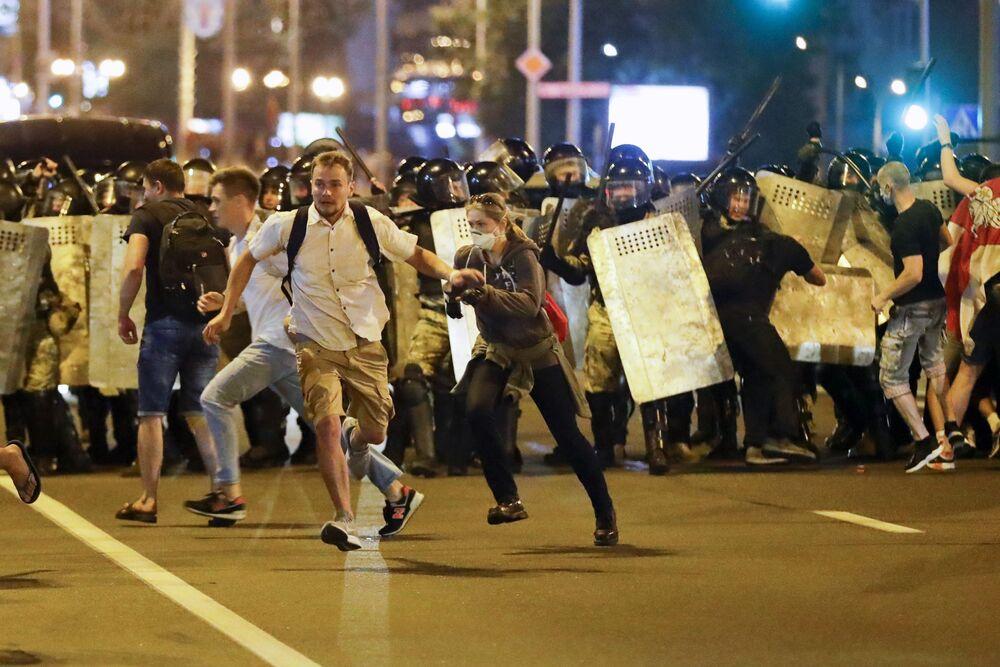 Manifestanti a Minsk.
