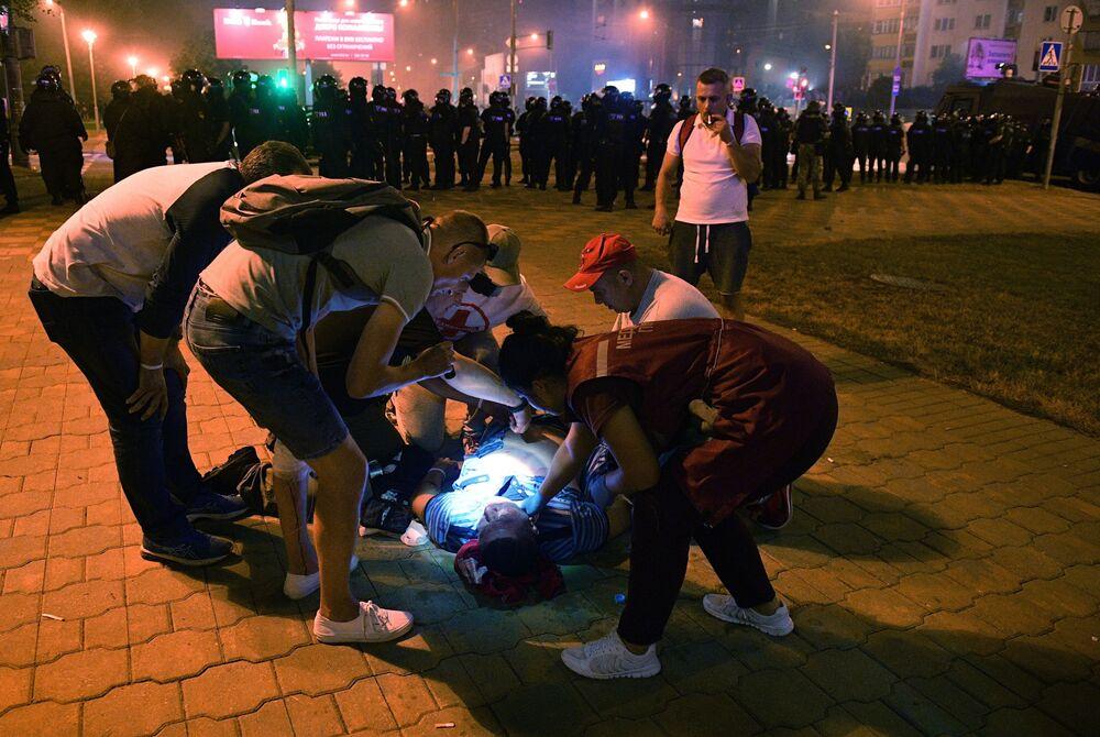 I medici aiutano un ferito durante le proteste a Minsk.
