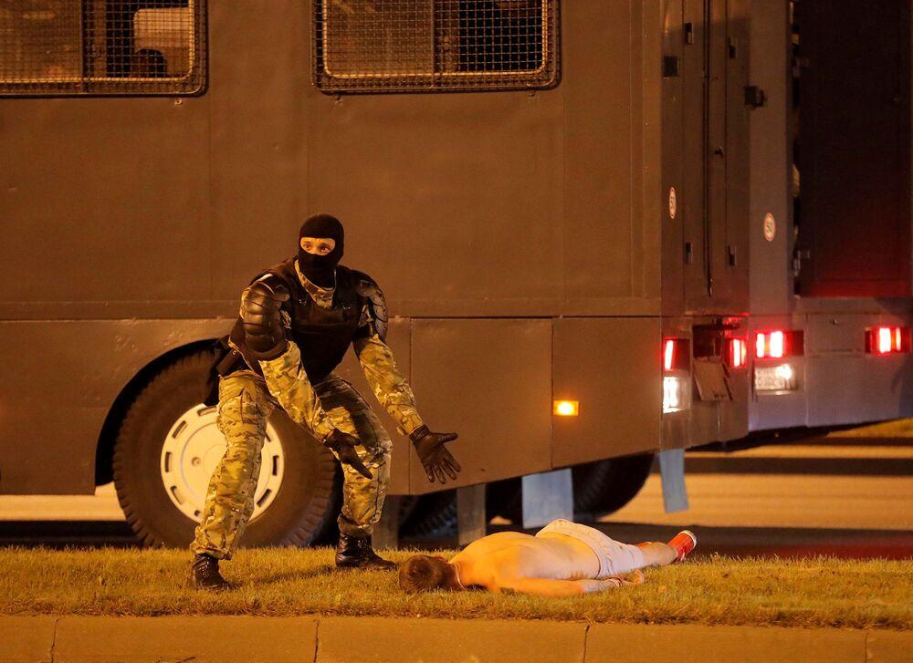 Un agente delle forze dell'ordine durante le proteste a Minsk.
