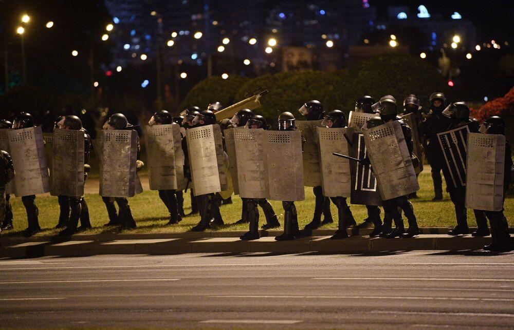 Le forze dell'ordine durante le proteste in una via di Minsk.