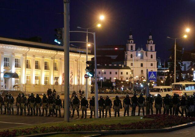 La polizia in assetto antisommossa schierata nel centro di Minsk