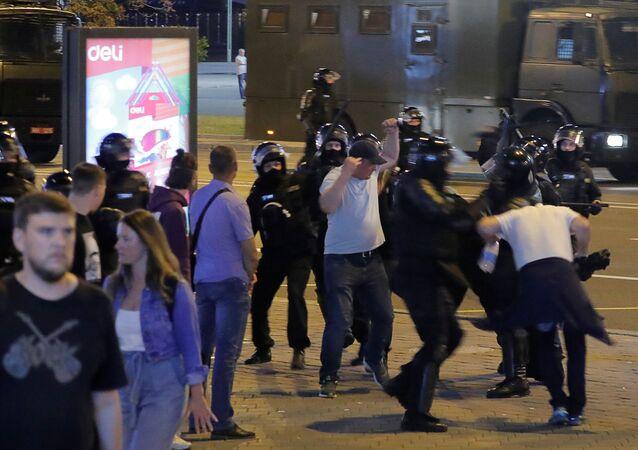La polizia disperde i manifestanti a Minsk