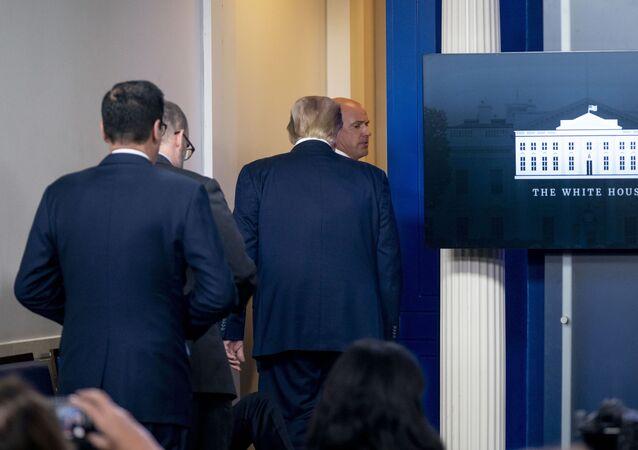 Il Presidente Donald Trump è invitato a lasciare la sala briefing James Brady Press dagli agenti dei servizi segreti Usa durante una conferenza alla Casa Bianca, lunedì 10 agosto  2020.