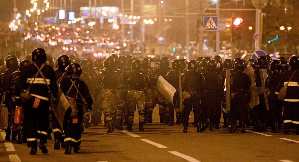 Le forze dell'ordine durante una protesta a Minsk