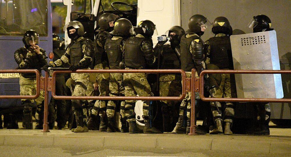 Le forze dell'ordine durante una protesta a Minsk.