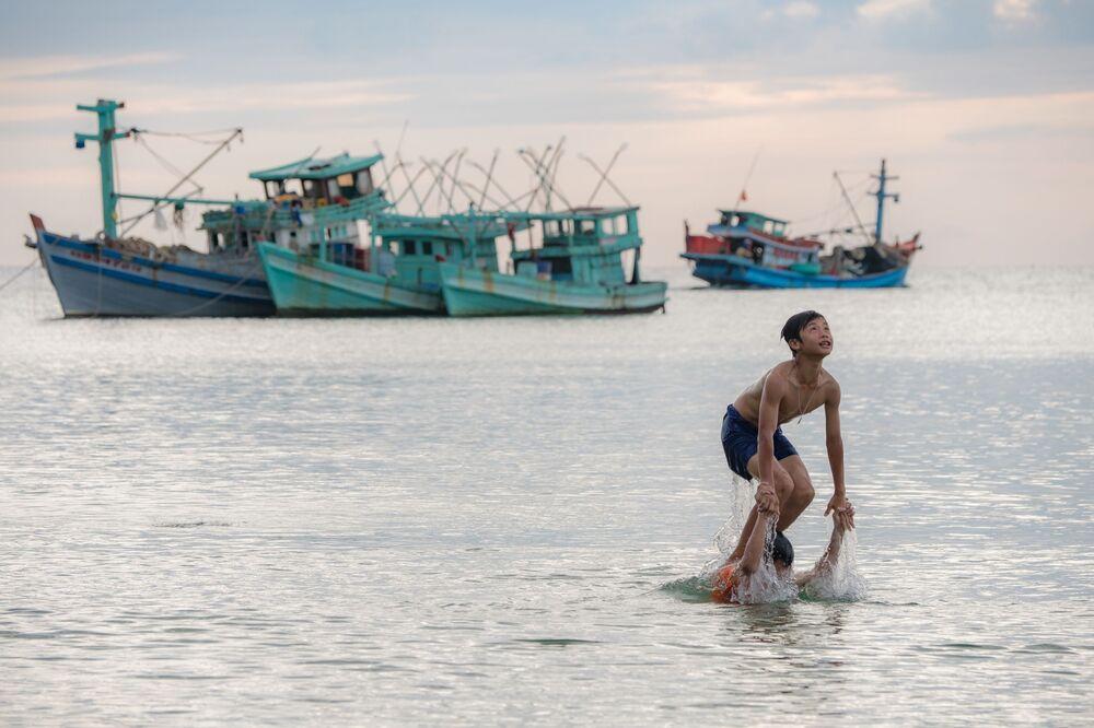 La gente fa un bagno sull'isola Phú Quốc in Vietnam.