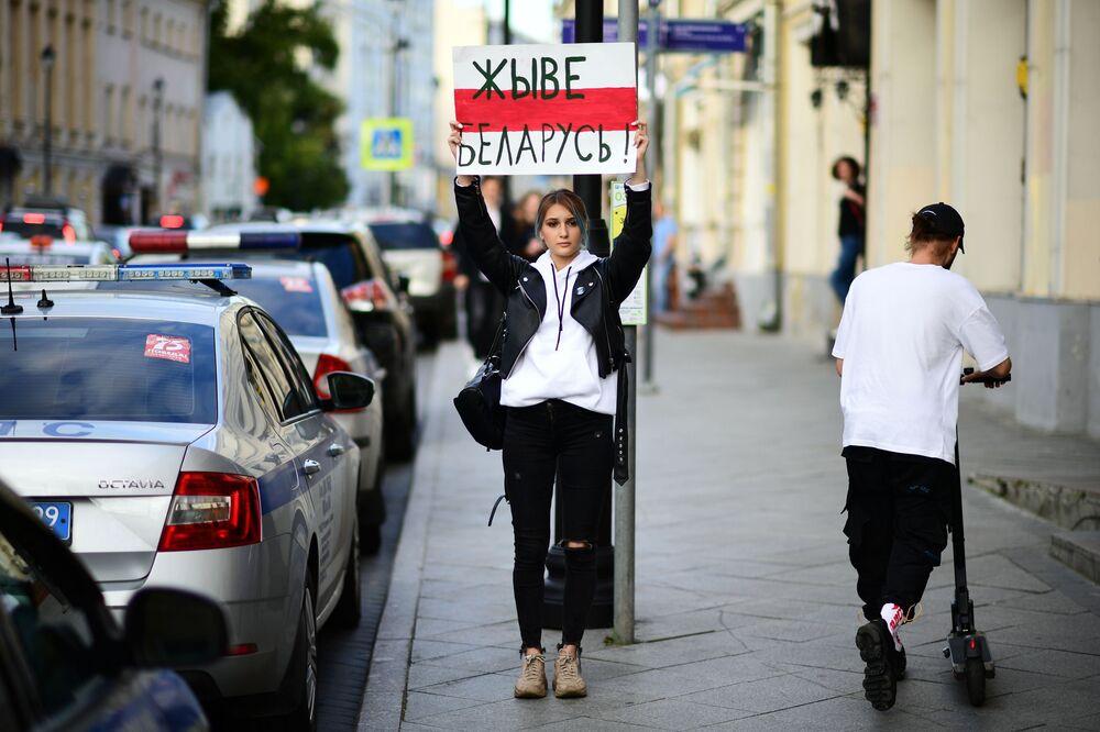 Una ragazza con il cartellone Живе Беларусь (Viva la Bielorussia) allAmbasciata di Bielorussia a Mosca.