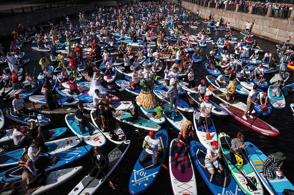 I partecipanti al festival del paddle surfing sul fiume Mojka a San Pietroburgo.