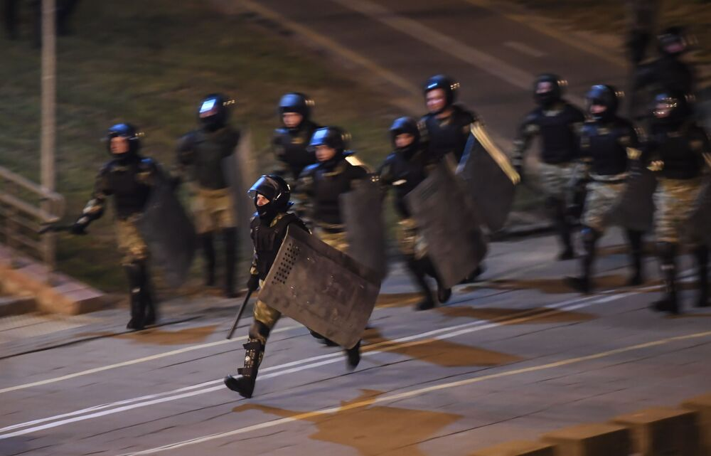 Le forze dell'ordine durante le proteste a Minsk.