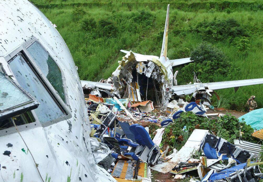 Il sito dello schianto dell'aereo passeggeri Boeing 737 Air India Express.