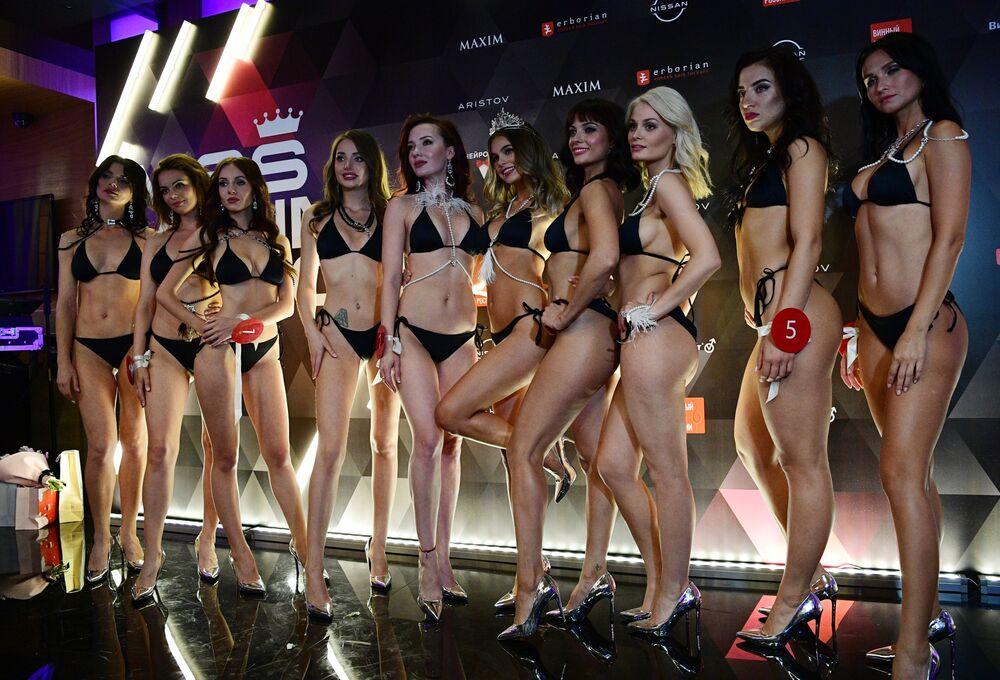 La vincitrice del concorso di bellezza e sensualità Miss MAXIM 2020, Oktyabrina Maksimova, e le partecipane al finale.