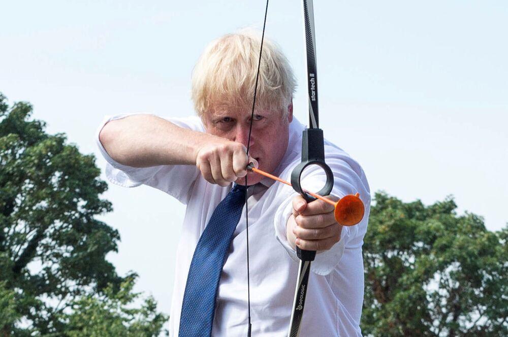 Il premier britannico Boris Johnson tira frecce nel campo estivo Premier Education in Sacred Heart of Mary Girls, Londra.