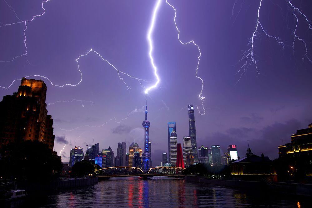 Dei fulmini nei cieli di Shanghai, Cina.