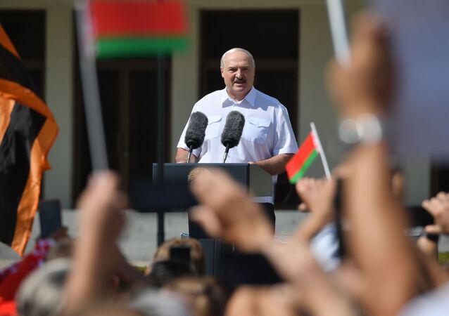 Lukashenko durante manifestazione in suo sostegno a Minsk
