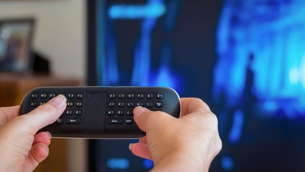 Телевизор и рука с пультом - Sputnik Italia