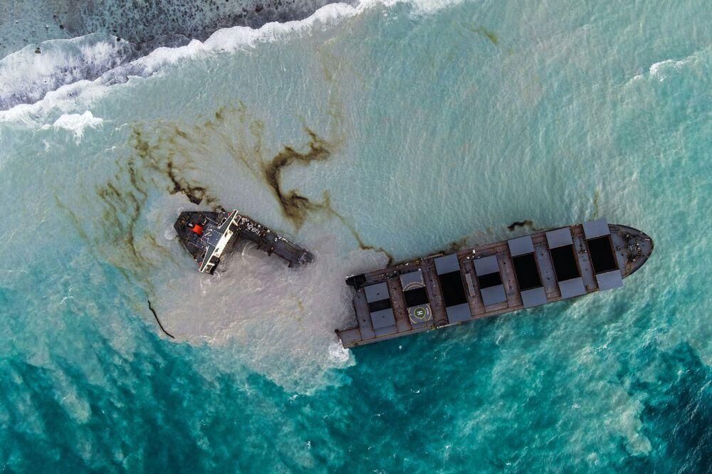 Circa mille tonnellate di petrolio sono state riversate nell'oceano dalla nave danneggiata MV Wakashio, danneggiata presso le coste dell'isola di Mauritius.