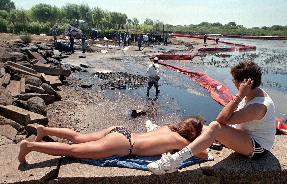 Nel gennaio 1999 la petroliera olandese Royal Dutch Shell entrò in collisione con un'altra petroliera sul lago Magdalena in Argentina. A seguito dell'incidente si riversarono nell'ambiente 6mila metri cubi di greggio, diventando cosi il più grande incidente petrolifero di acqua dolce del mondo.