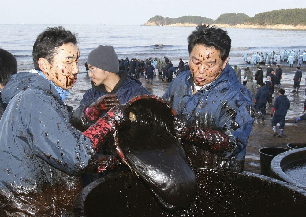 Nel porto sudcoreano di Tengan nel 2007 in un incidente di una petroliera si riversarono 15mila tonnellate di petrolio: è stata la più grande perdita petrolifera in Corea del Sud.