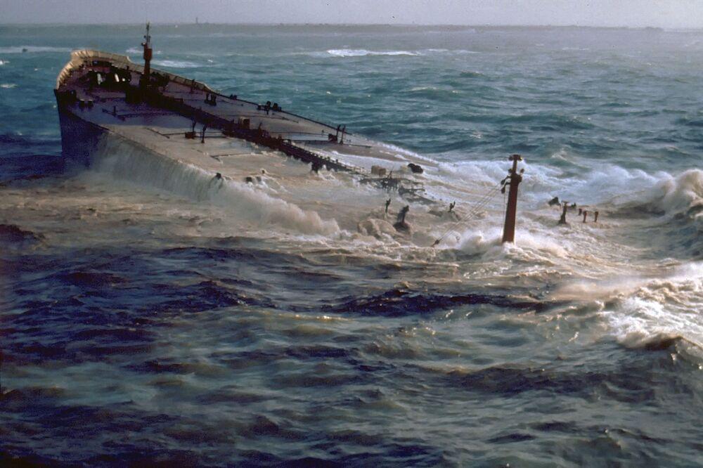 Nel 1978 la nave cargo Amoco Cadiz si è arenata al largo delle coste francesi. Non è stato possibile localizzare rapidamente la perdita di petrolio a causa del maltempo. 223mila tonnellate di petrolio si dispersero in acqua.