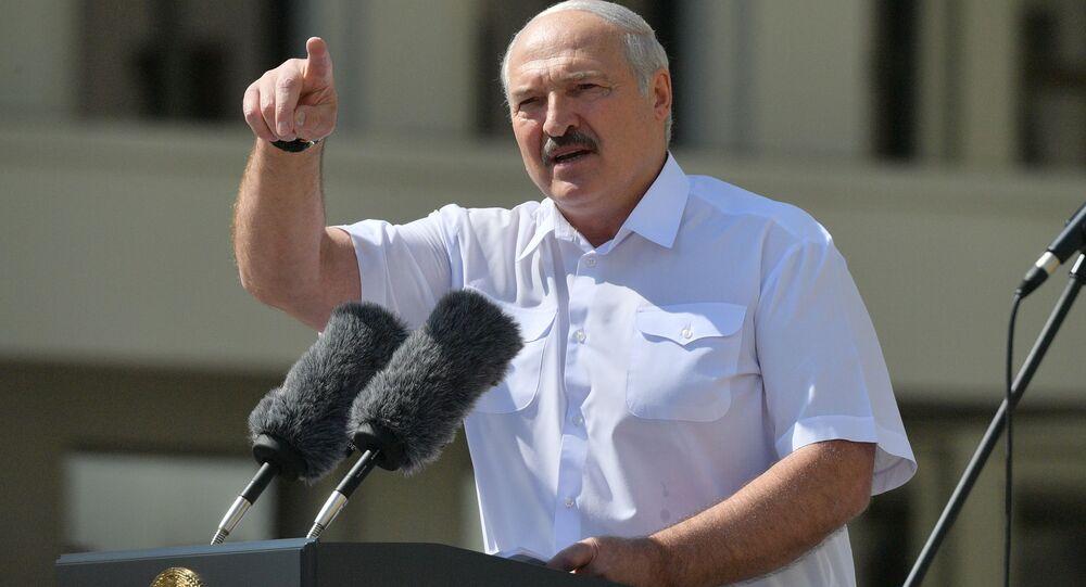 Il presidente bielorusso Aleksandr Lukashenko interviene al comizio a suo sostegno a Minsk