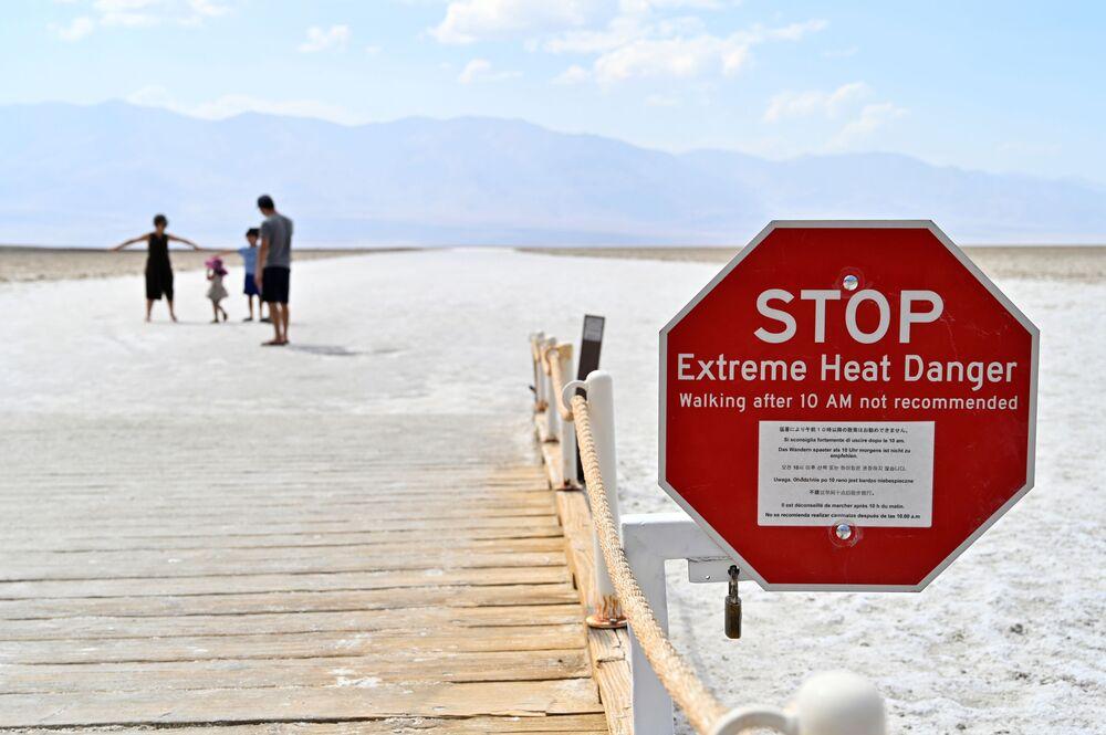 L'insegna avvisa i visitatori dei pericoli del caldo estremo al bacino di Badwater, il punto più basso del Nord America, nel parco nazionale Valle della Morte in California, USA.