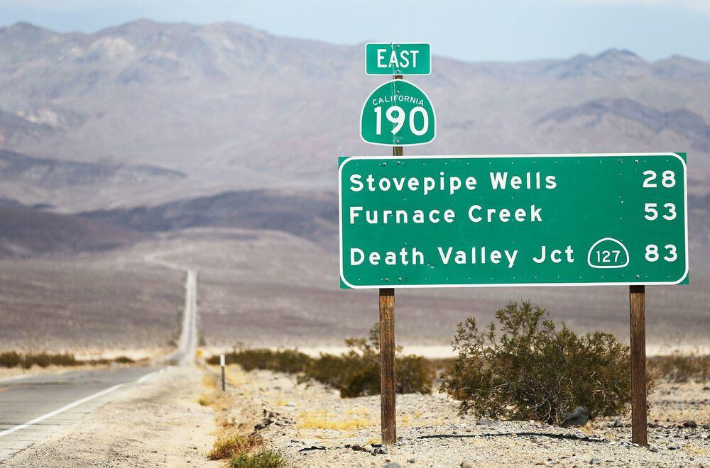 Indicazioni stradali nel parco nazionale della Valle della Morte.
