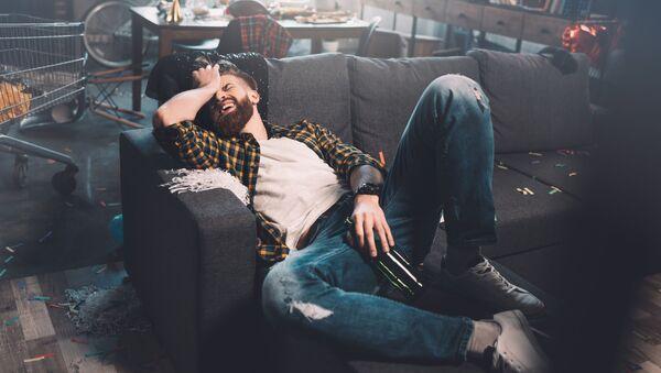 Молодой человек с бутылкой после вечеринки - Sputnik Italia