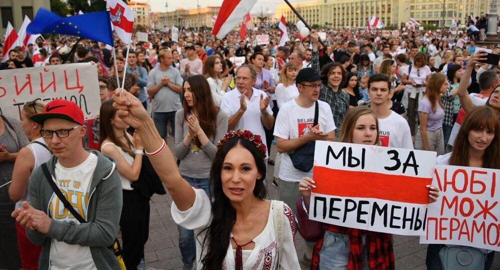 Manifestazione a Minsk di fronte al Palazzo del Governo nella serata del 18 agosto