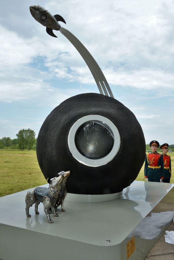 Il monumento a Belka e Strelka che effettuarono il volo nello spazio 60 anni fa, regione di Mosca.