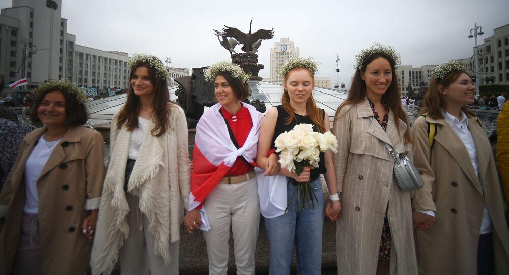 Manifestanti sulla Piazza dell'Indipendenza a Minsk