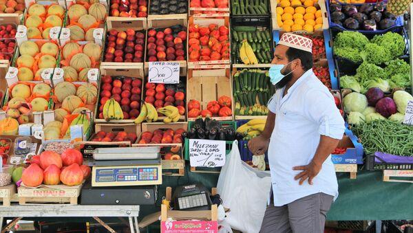 Un venditore straniero al mercato ortofrutticolo - Sputnik Italia
