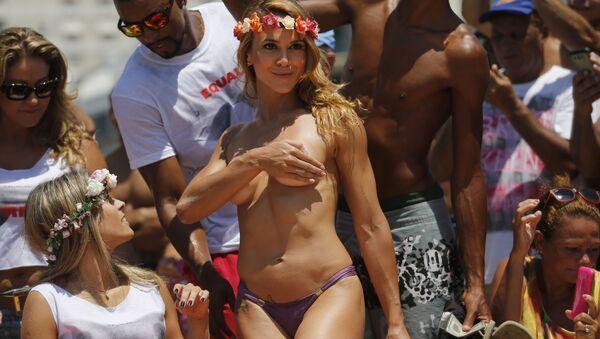 Ballerina in topless posa in una spiaggia a Rio de Janeiro. - Sputnik Italia