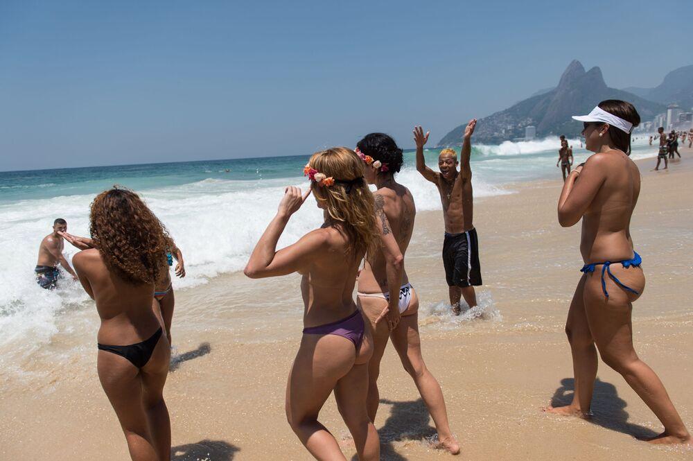 Ragazze in topless in una spiaggia a Rio de Janeiro.
