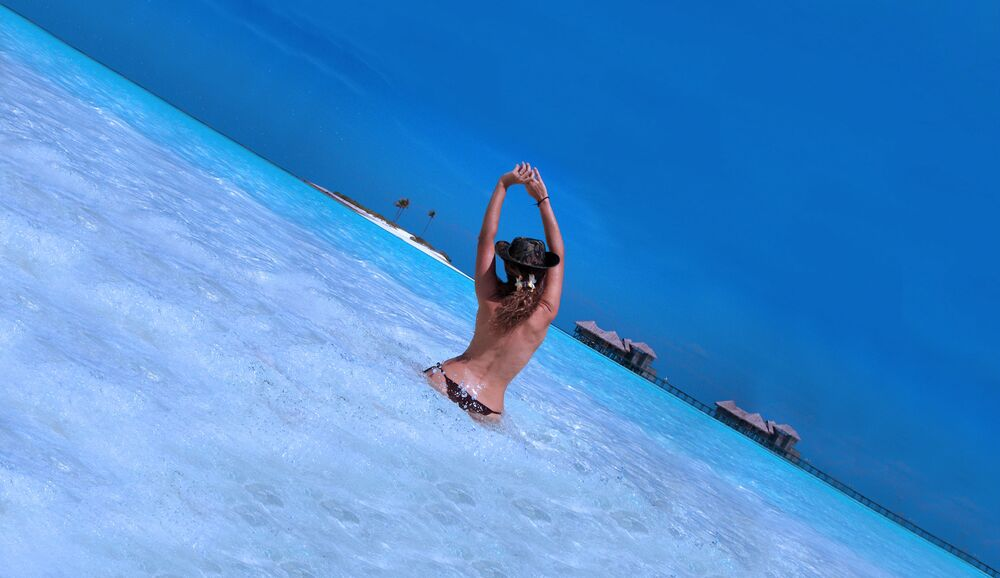 Una ragazza in topless al mare.