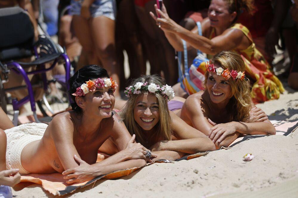 Ragazze partecipano ad una dimostrazione per i diritti di prendere il sole in topless a Rio de Janeiro.
