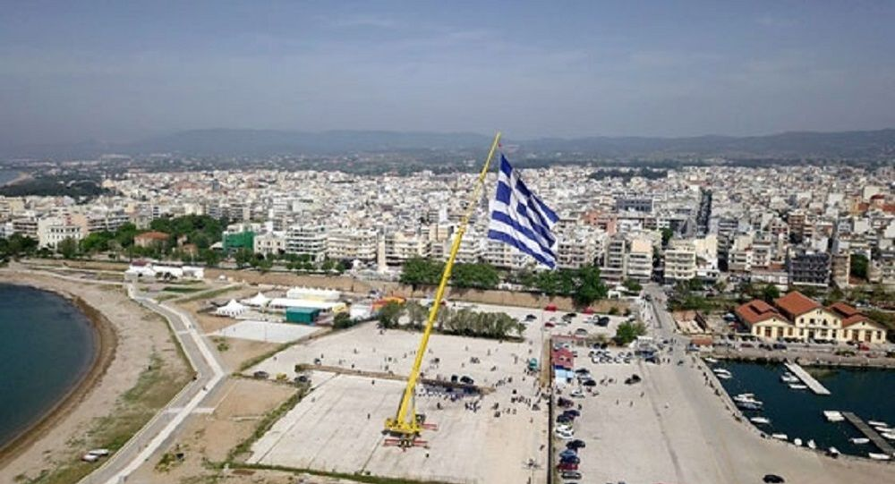 Un'enorme bandiera greca è stata innalzata ad Alessandropoli
