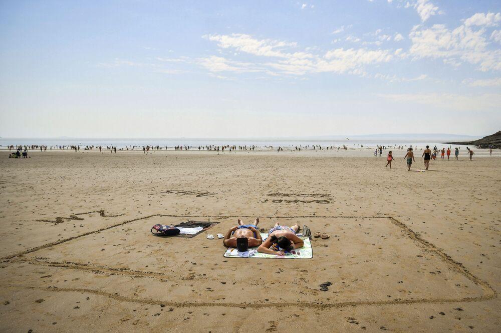 Bagnanti in una spiaggia nel Galles.