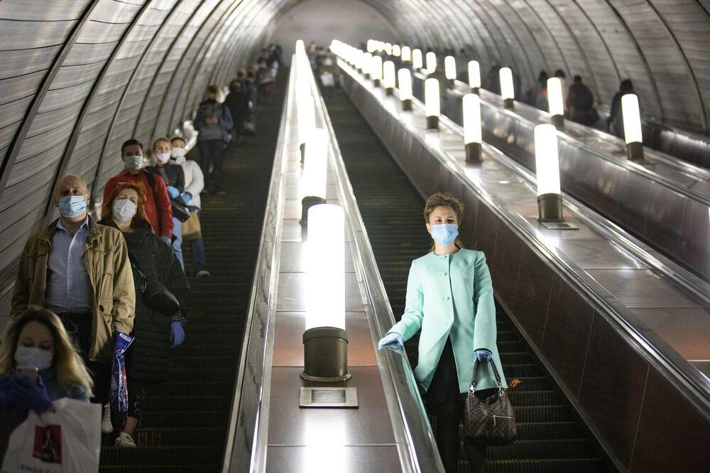 Una donna si è distanziata dagli altri nella metropolitana di Mosca.
