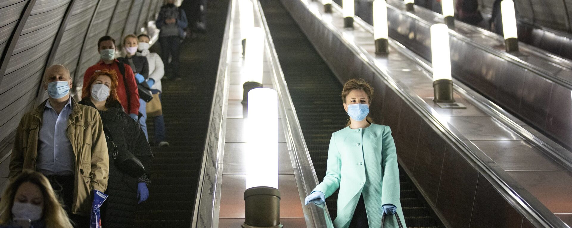 Люди в защитных масках и перчатках на эскалаторе московского метро - Sputnik Italia, 1920, 28.06.2021