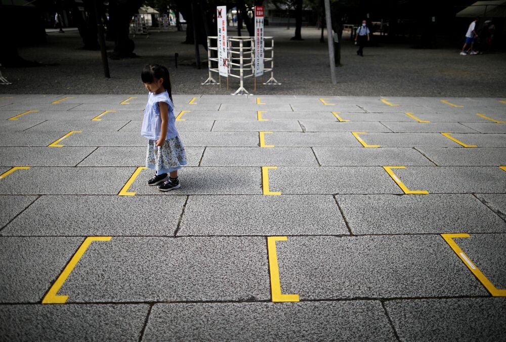 Una ragazza sulla marcatura del santuario shintoista Yasukuni a Tokyo.