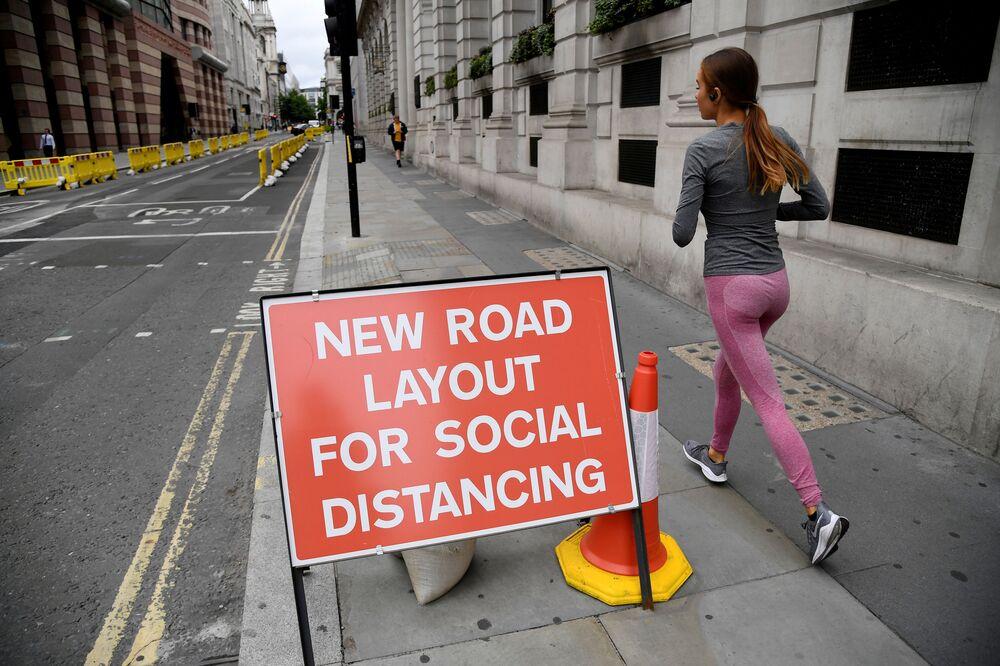 Una ragazza fa jogging a Londra.