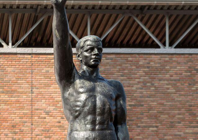 La statua al barone Tuyll van Serooskerken
