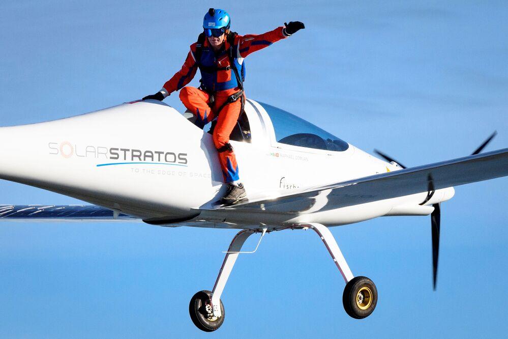 L'avventuriero svizzero Raphael Domjan salta dall'aereo SolarStratos con il pilota collaudatore spagnolo Miguel A. Iturmendi a bordo alla base aerea di Payerne,  in Svizzera.