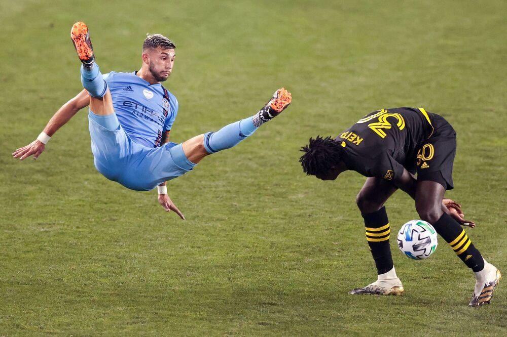 Contrasto di gioco tra il centrocampista del New York City FC Valentin Castellanos e il difensore del Columbus Crew Aboubacar Keita alla Red Bull Arena a New York.